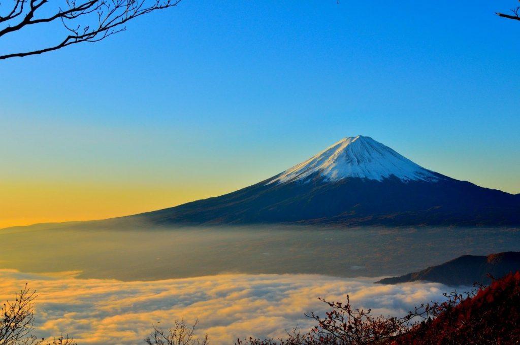 飛行機から富士山を見よう!席は右側と左側のどっちなら見られる?