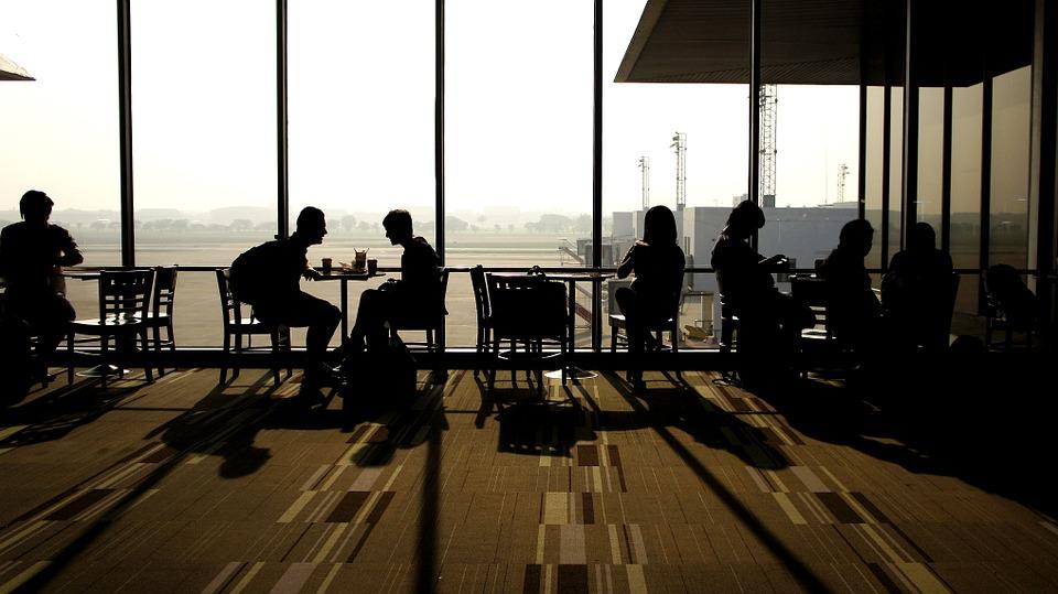 空港で待つ人々