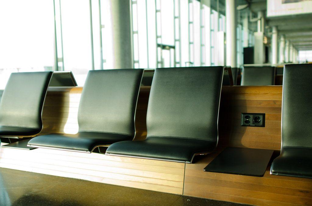 空港のベンチ
